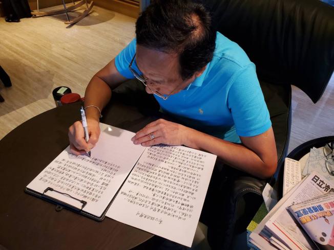 鴻海創辦人郭台銘12日宣布退黨,並親筆寫下退黨聲明。16日再聲明不會參選總統。(中央社)