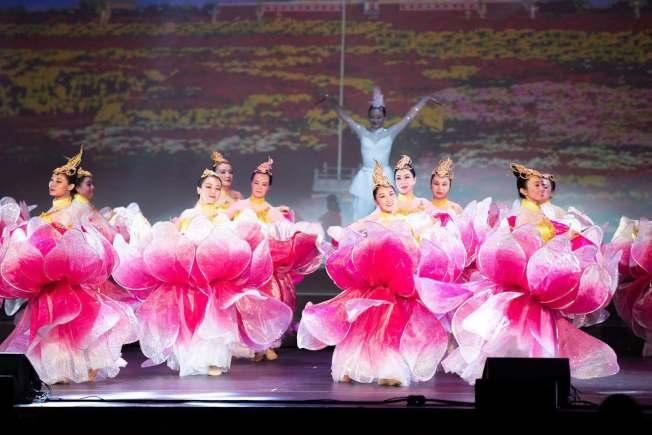 為慶祝中華人民共和國成立70年,南加華僑華人日前舉辦「中華情」大型慶典晚會。現場匯集600名演員一起歌唱,2000多名觀眾欣賞演出。(主辦方提供)