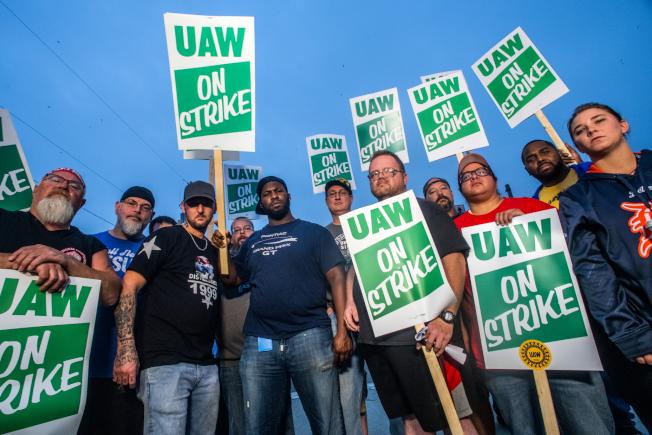 通用汽車公司隸屬於聯合汽車工人工會(UAW)的4萬9000多名成員工人16日舉行罷工,導致公司50多家工廠和倉庫陷入停頓。(美聯社)