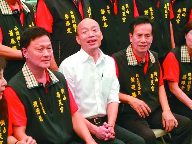 高雄市長韓國瑜17日到岡山壽天宮參拜,他並批評蔡英文政府無法苦民所苦。(記者邱奕能/攝影)