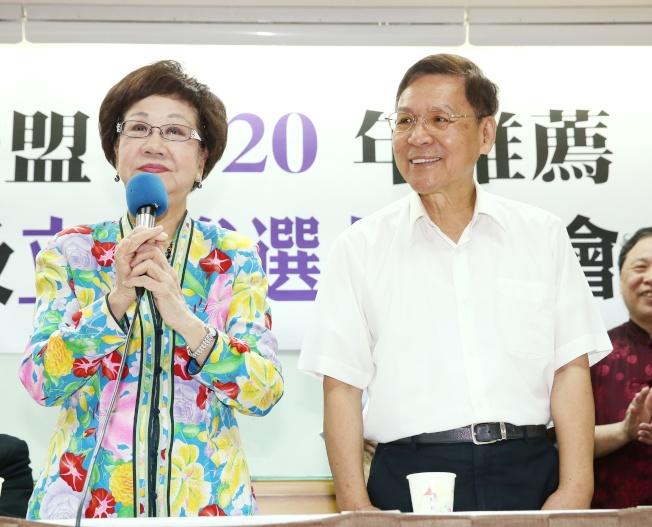 前副總統呂秀蓮(左)決定接受喜樂島聯盟及其他政黨推薦,參選總統,並與彭百顯(右)搭檔參選。(記者曾原信/攝影)