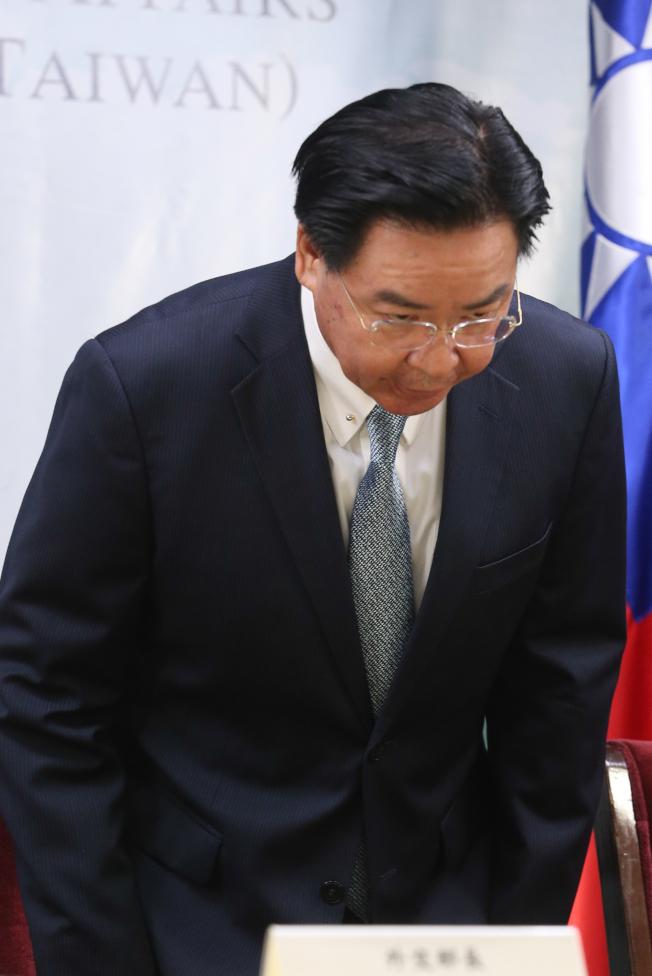 外交部部長吳釗燮16日舉行記者會宣布與太平洋友邦索羅門斷交,並表示將會負起政治責任。(記者葉信菉/攝影)
