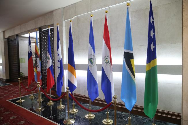 台北外交部內的索羅門國旗(右一)宣布斷交前仍放置外交部大廳。(記者葉信菉╱攝影)