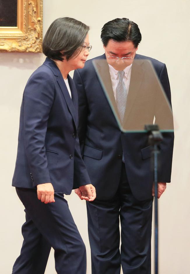 中華民國與索羅門斷交,外交部長吳釗燮(右)表示會負起政治責任,16日晚神情凝重陪同蔡英文總統(左)舉行記者會。(記者潘俊宏╱攝影)