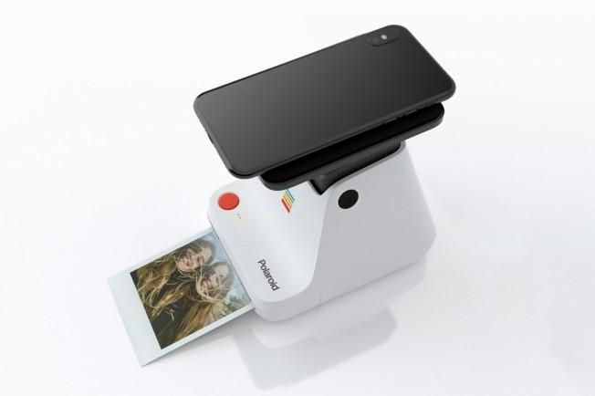 只要將手機置於上方的小平台,便能印製照片。(取材自Polaroid Originals)