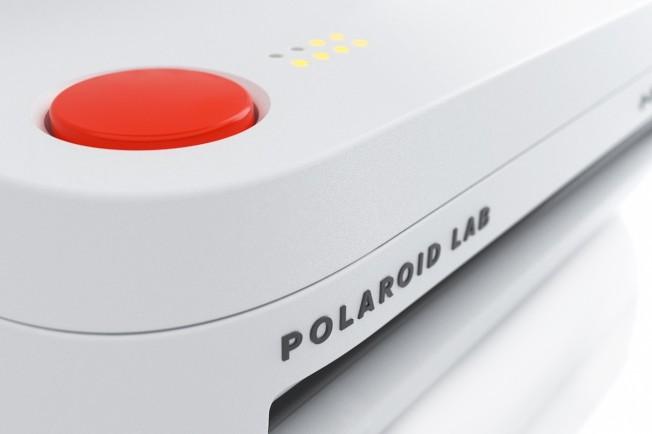 按下紅色按鈕就能印製照片。(取材自Polaroid Originals)