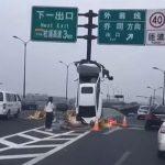 轎車「爬上」標誌桿 杭州女駕駛輕傷