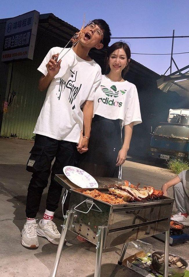阿翔(左)和Grace中秋烤肉修補感情。(取材自臉書)