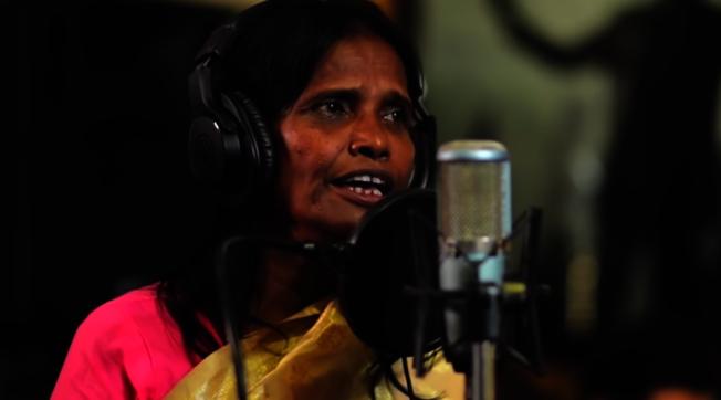 50多歲的拉娜.夢達爾原先在火車站賣藝乞討,最近卻紅到寶萊塢。(影片截圖)