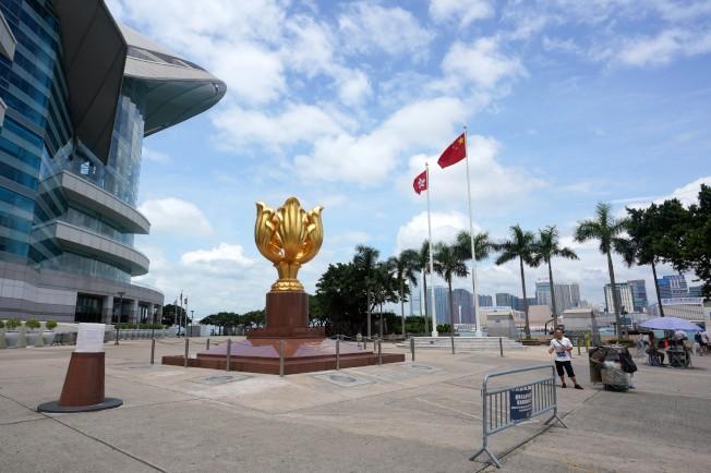 香港平日日遊客眾多的金紫荊廣場上如今遊人稀少,為遊客收費拍照的攝影攤位只剩下兩個。攝影師感嘆,原來一天可以拍幾百張照片,現在每天祗能拍幾十張。受兩個多月來連串社會事件的影響,香港旅遊業受到衝擊,赴港旅遊的遊客大幅減少。(中新社)