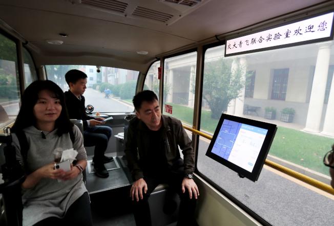 無人駕駛小巴2018年在上海交大校園實驗性運行,乘客可以通過觸控螢幕或人工智能語音溝通系統調整目的地。新華社