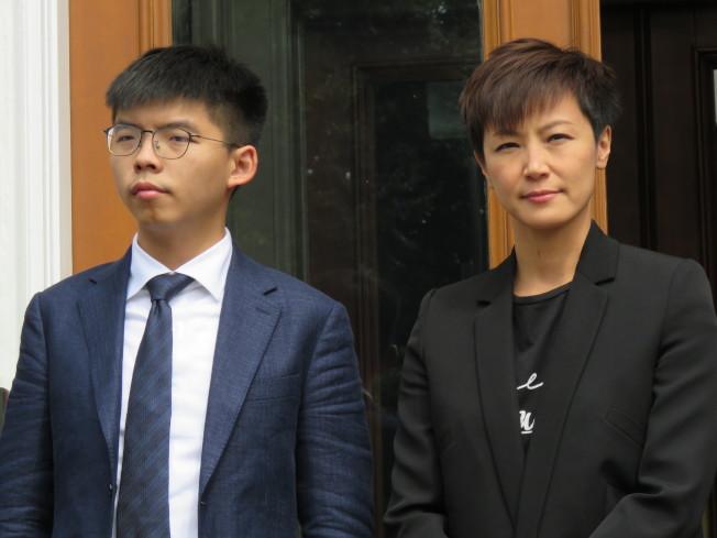 香港眾志秘書長黃之鋒(左)、歌手何韻詩等人訪美國華府,17日出席HKDC成立記者會。(華盛頓記者張加/攝影)