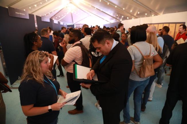 電商巨擎亞馬遜在第二總部所在城市水晶市舉辦「求職日」,現場爆滿。(記者羅曉媛/攝影)