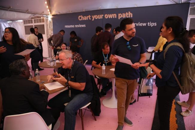 電商巨擎亞馬遜在第二總部所在城市水晶市舉辦「求職日」,現場改簡歷和面試小貼士的排隊人數最多。(記者羅曉媛/攝影)