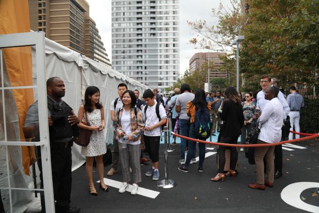 電商巨擎亞馬遜在第二總部所在城市水晶市舉辦「求職日」,逾千求職者當天源源不斷湧向會場,進場需要排隊。(記者羅曉媛/攝影)