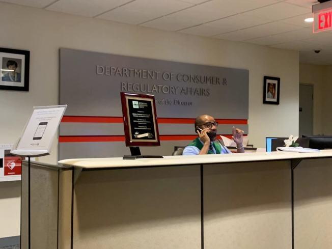 DCRA給小商家提供開店和生意指南,民眾可在做生意簽約前預約DCRA諮詢,申請規範的商業執照,避免違規被罰。(記者張筠 / 攝影)