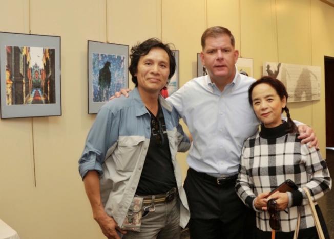 波士頓市長偉殊(中)與兩位攝影家李雄偉(左)、夏耘(右)合影。(圖:夏耘提供)