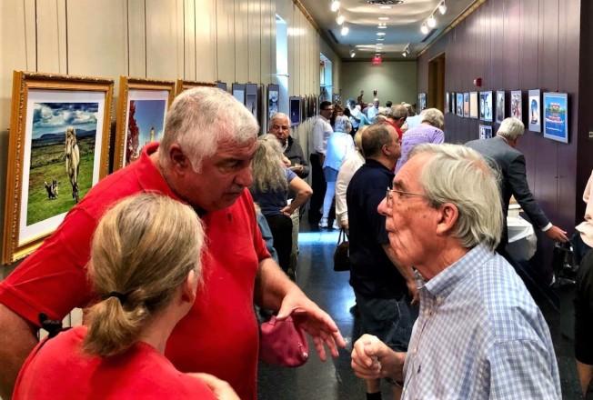 跟隨市長前來參觀攝影展的人潮。(圖:夏耘提供)