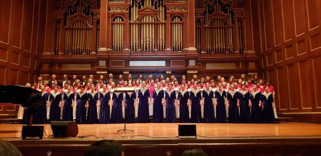 音樂會在蒙特利爾華人藝術合唱團和劍橋中國文化中心夕陽紅合唱團的「大海啊故鄉」歌聲中開場。(記者唐嘉麗/攝影)