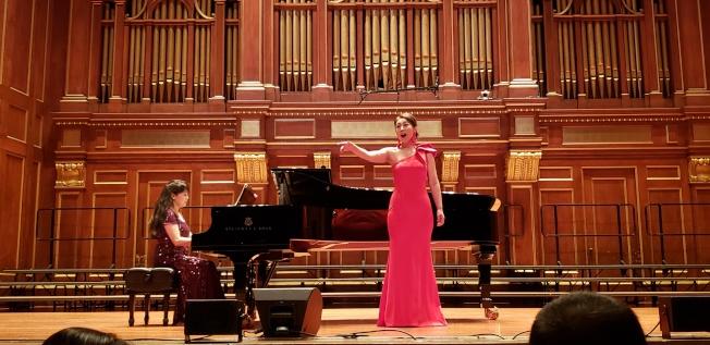 廉艷在郭凌伴奏下演唱「青春舞曲」。(記者唐嘉麗/攝影)