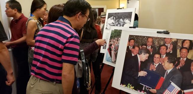 音樂會中場時,會場外有中美建交40年圖片展。(記者唐嘉麗/攝影)