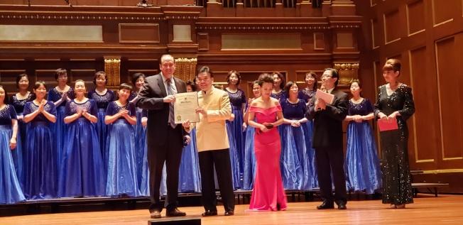 麻州參議員 James B. Eldridge (前左一)頒祝賀狀給音樂會策劃人喬萬鈞,前右起為主持人張彬彬、高迪、張旭光。(記者唐嘉麗/攝影)