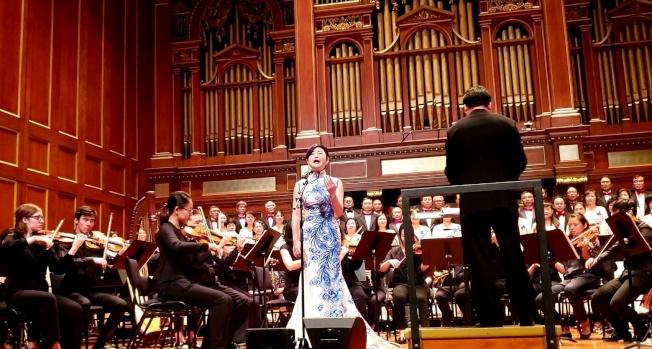 陳俊華演北美青年交響樂團伴奏下演唱「我的祖國」。(記者唐嘉麗/攝影)