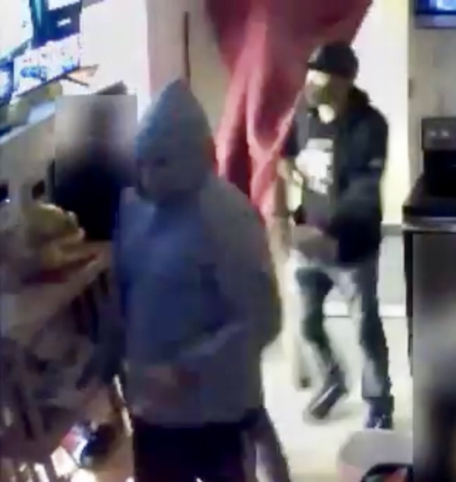 涉嫌持槍入室搶劫法拉盛一家地下賭場的嫌犯。(警方提供)