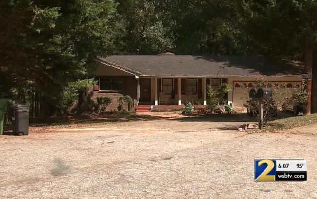 三名年齡在15歲、16歲間的青少年,戴著面具私闖喬治亞州民宅,卻全遭屋主開槍擊斃。圖為案發現場。(WSB電視台截頻)