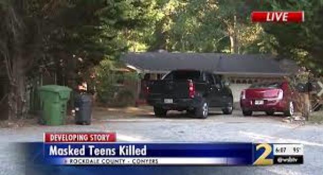 三名年齡在15歲、16歲間的青少年,戴著面具私闖喬治亞州民宅,卻全遭屋主開槍擊斃。圖為案發現場。(WSB電視台截圖)