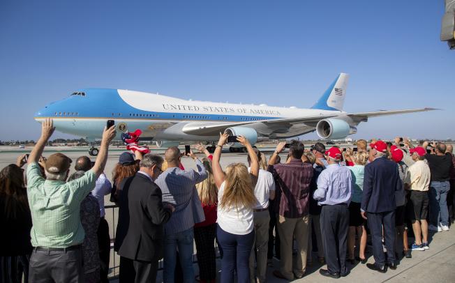 川普鐵粉在洛杉磯國際機場迎接空軍一號。(美聯社/洛杉磯時報)
