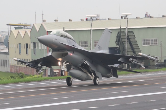 美國最新同意的對台軍售,包括F16V戰機,圖為F16戰機今年5月在台灣高速公路戰備道降落。(中央社)