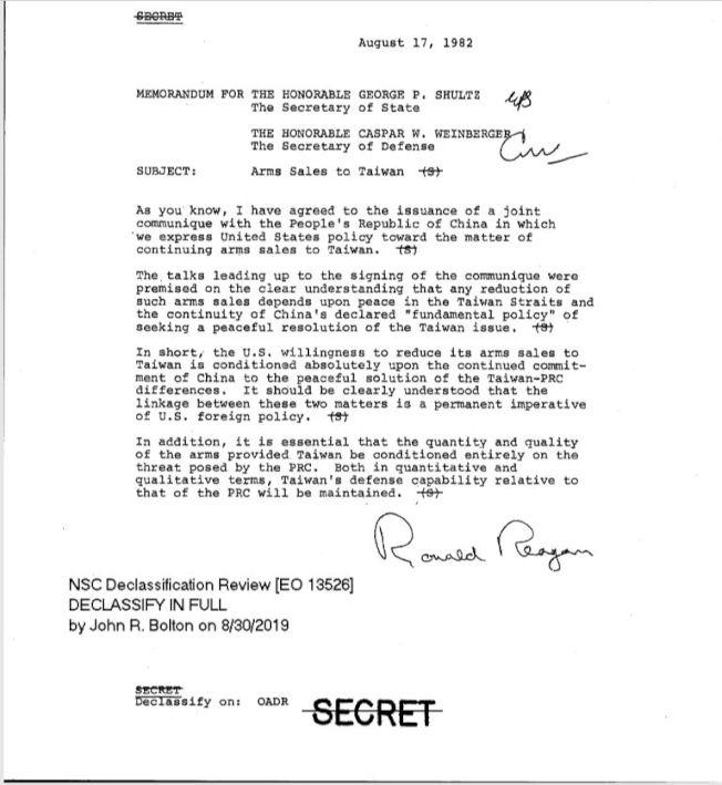 雷根總統在817公報公布當天,也同時留下一分對台軍售備忘錄。此備忘錄可見是給國務卿舒茲與國防部長溫伯格,雷根總統親筆簽名;左下方可見波頓在今年8月30日解密的記錄(美國在台協會)