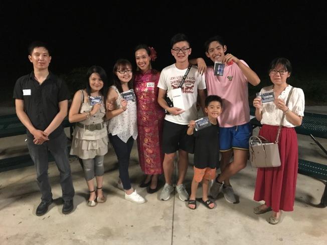 第二代台美人陳貞吟(Sharon Chen,左四)主持「認識台灣」猜謎節目,與積分最高的最後得主合影。(記者王明心/攝影)