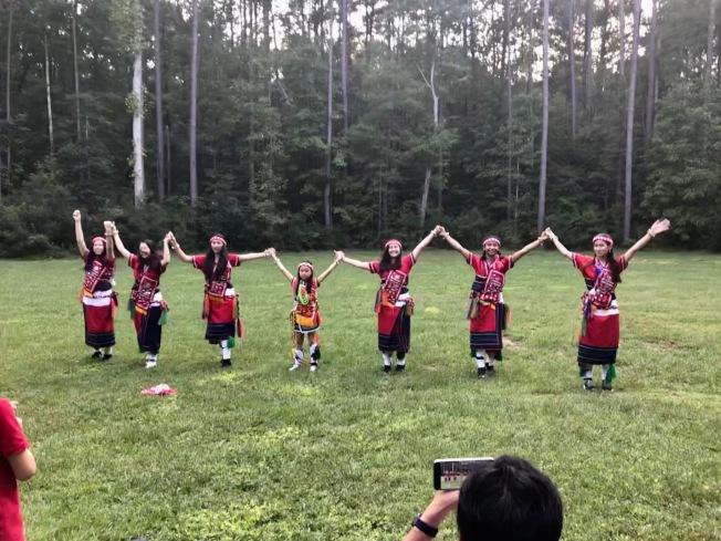 台美靚少女帶來台灣原住民舞蹈「站在高崗上」。(記者王明心/攝影)