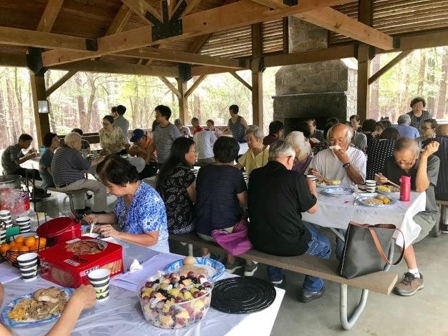 60多名民眾歡聚涼棚,共享月餅和美食。(記者王明心/攝影)
