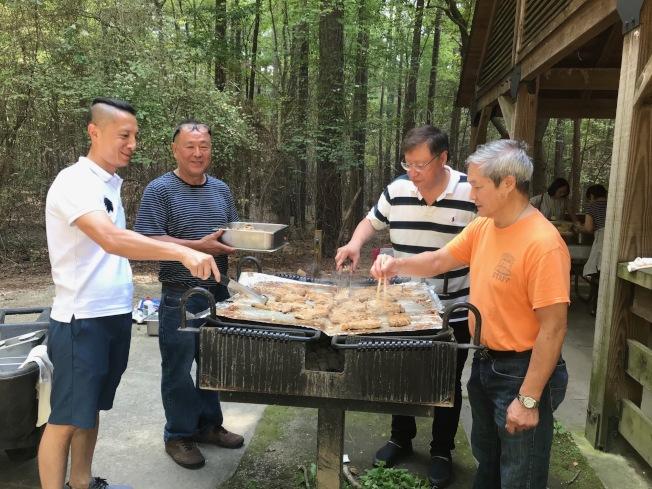 北卡客家同鄉會的中秋烤肉團隊。(記者王明心/攝影)