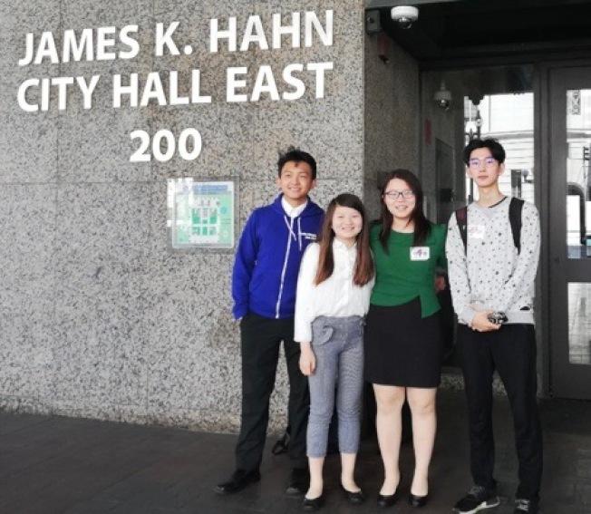 聖瑪利諾高中女生路卓敬(左三)和同伴們到洛市檢察長辦公室,合作推展青少年拒絕菸草宣傳。(IYTC提供)