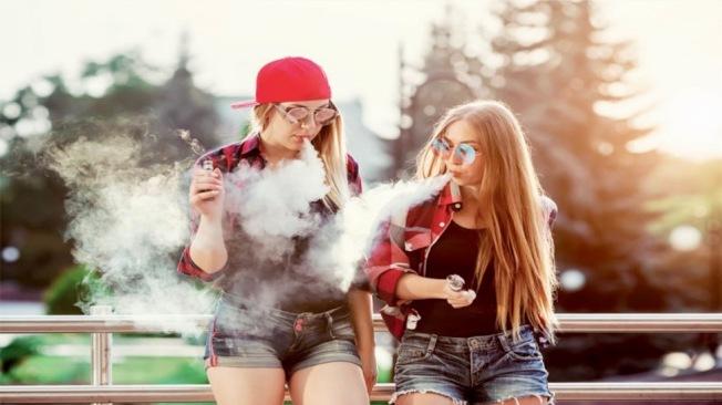 高中生吸食電子菸,吞雲吐霧危害大。(IYTC提供)