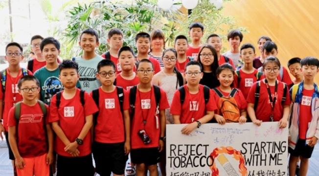 聖瑪利諾高中女生路卓敬(第二排右三)組織青少年「從我拒絕菸草做起」活動。(IYTC提供)