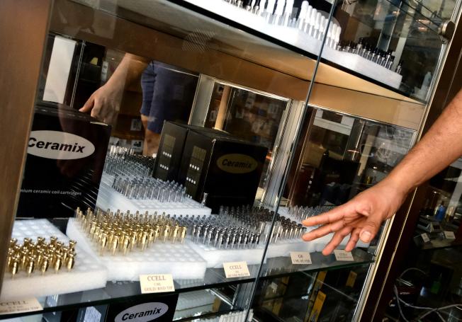 洛杉磯城中區一家批發店琳瑯滿目的電子菸產品。(美聯社)
