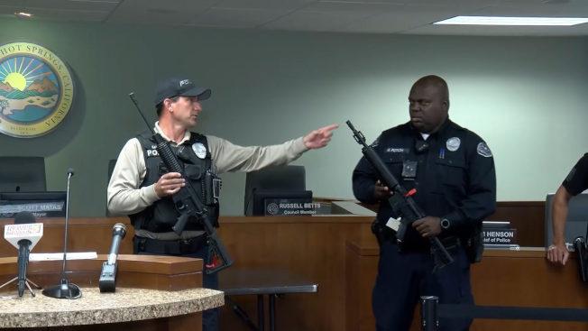 警方在記者會展示一真一假AR-15攻擊步槍。(KESQ電視台)
