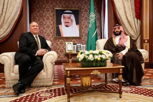 美國國務卿龐培歐(左)飛往沙烏地阿拉伯,討論可能採取反擊伊朗的措施。圖為龐培歐今年6月訪問沙國與王儲會談。(Getty Images)
