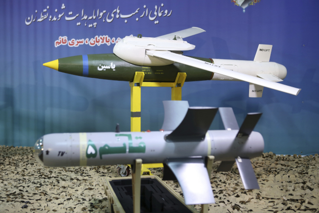 伊朗國防部展示自製的精明炸彈。(美聯社)