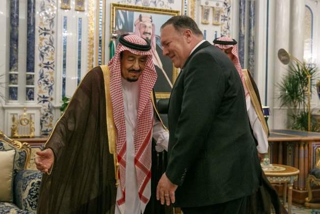 美國國務卿龐培歐(右)飛往沙烏地阿拉伯,討論可能採取反擊伊朗的措施。圖為龐培歐今年6月訪問沙國與國王沙爾曼會談。(Getty Images)