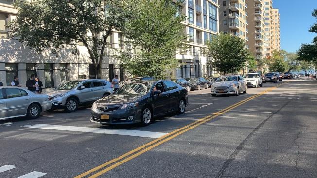 示威車隊經過市長官邸時,所有車輛打起雙閃並鳴笛表達抗議。(記者和釗宇/攝影)