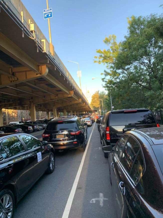 超過千輛網約車從布碌崙出發,過布碌崙大橋經FDR快速路前往位於曼哈頓上東城的市長官邸示威。(獨立司機工會提供)