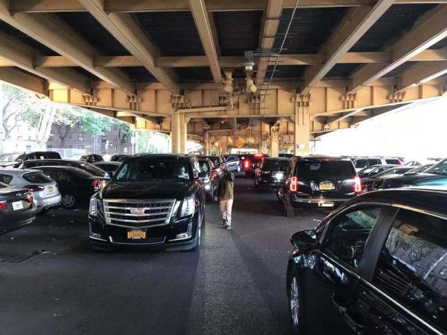 超過千輛網約車從布碌崙出發前往曼哈頓的市長官邸示威,抗議優步(Uber)等網約車公司因應TLC新規而開始限制司機使用網約車App的時間和地點。(獨立司機工會提供)