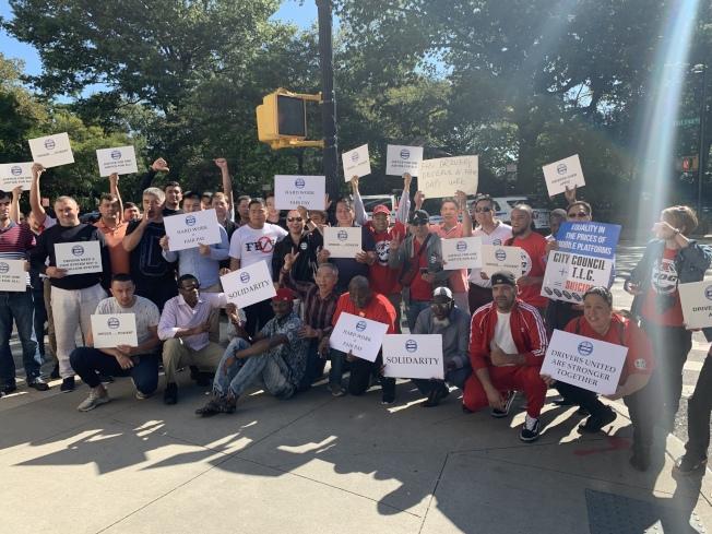 超過200名華人司機參加示威,敦促市議會提出法案對抗TLC新規。(記者和釗宇/攝影)