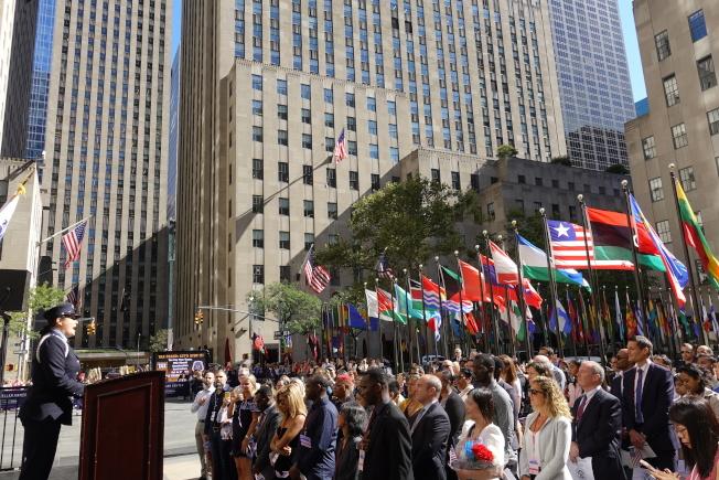 50名新公民在洛克菲勒廣場宣誓入籍。(記者金春香/攝影)
